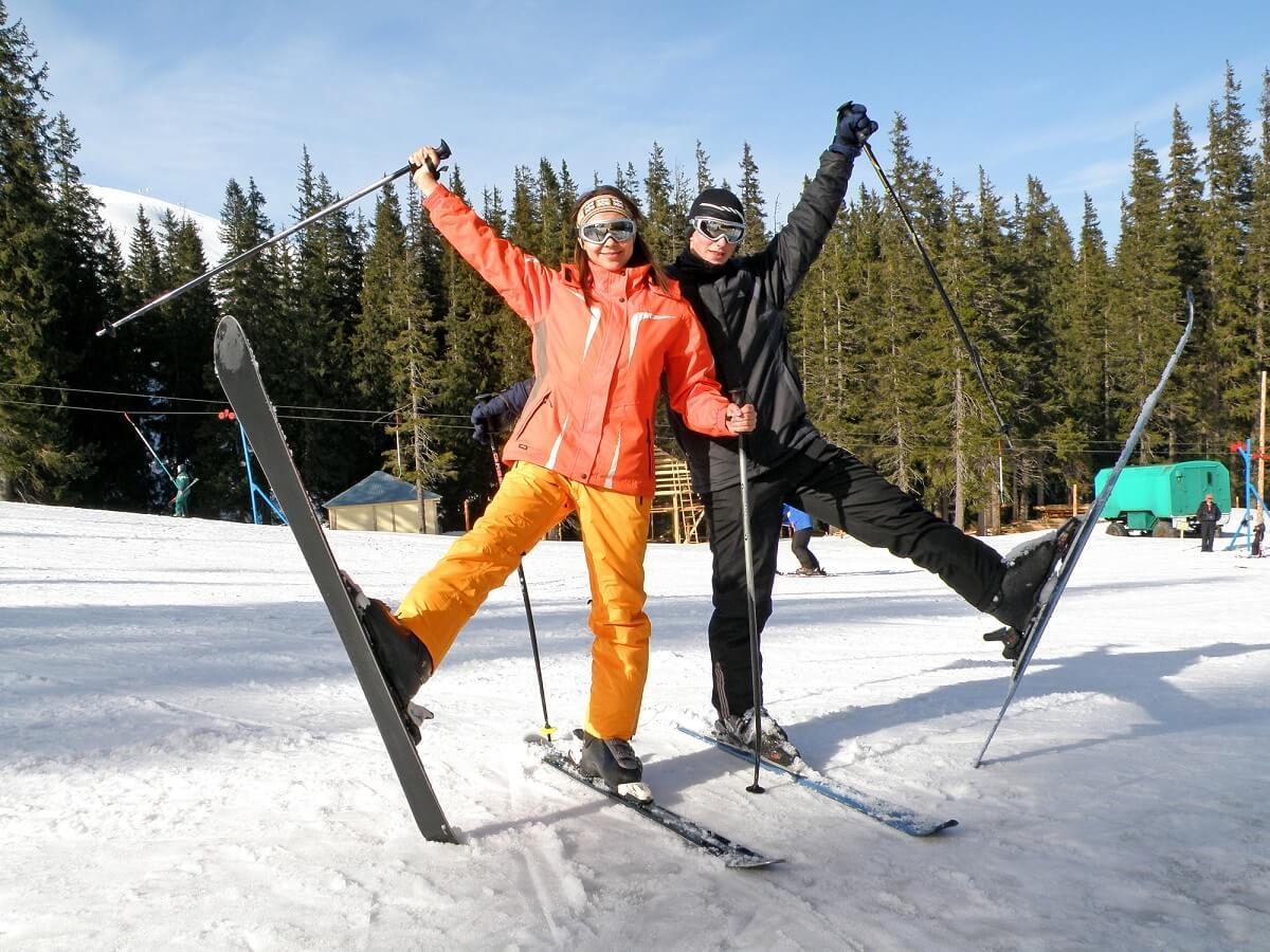 Auch beim Skifahren im Winter kann man schnell braun werden
