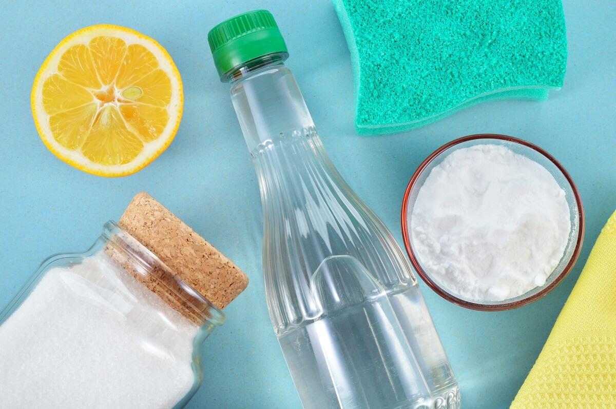 Den verkalkten Duschkopf kann man mit Hausmitteln wie Essig, Zitronensäure oder Backpulver entkalken