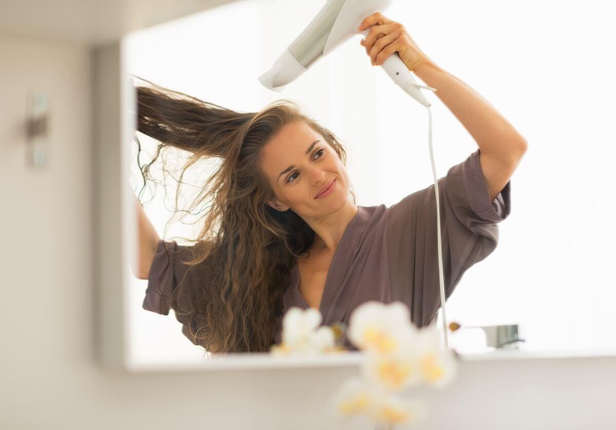 Ist die Luft zu heiß, sorgt auch ein regelmäßiges Föhnen für eine trockene Kopfhaut