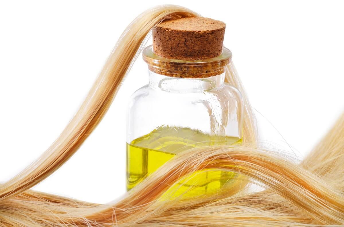 Teebaumöl ist ein beliebtes Hausmittel für die Haare und wirkt gegen Schuppen
