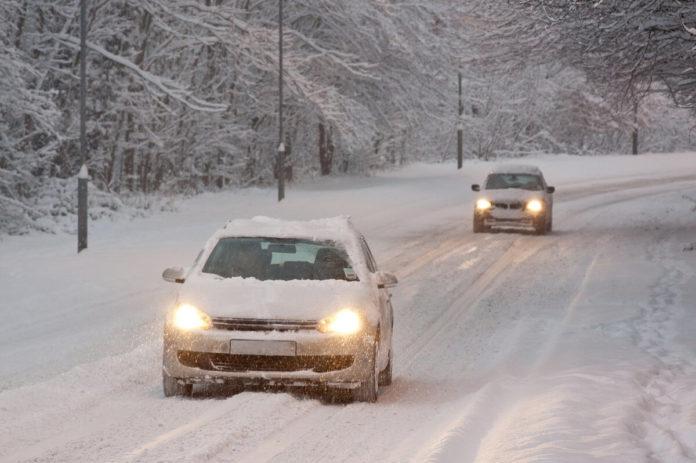 Das Auto winterfest zu machen heißt - neben dem Reifenwechsel - die Batterie und Licht zu prüfen