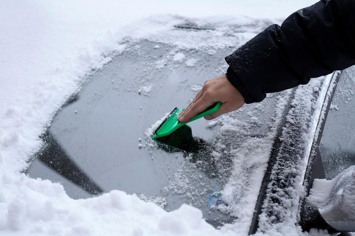 Der Eiskratzer gehört zur absoluten Grundausstattung und sollte immer im Handschuhfach bereit liegen, denn im Winter wird er unter Umständen täglich benötigt