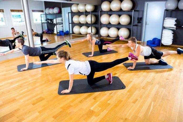 Mit einigen einfachen Übungen für den unteren Rücken stärken Sie diesen - ob im Fitnessstudio oder Zuhause