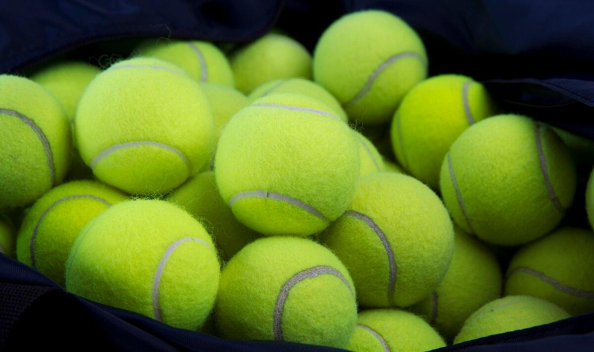 Tennisbälle sind der absolute Geheimtipp, um die Daunenjacke im Trockner durchzuwirbeln