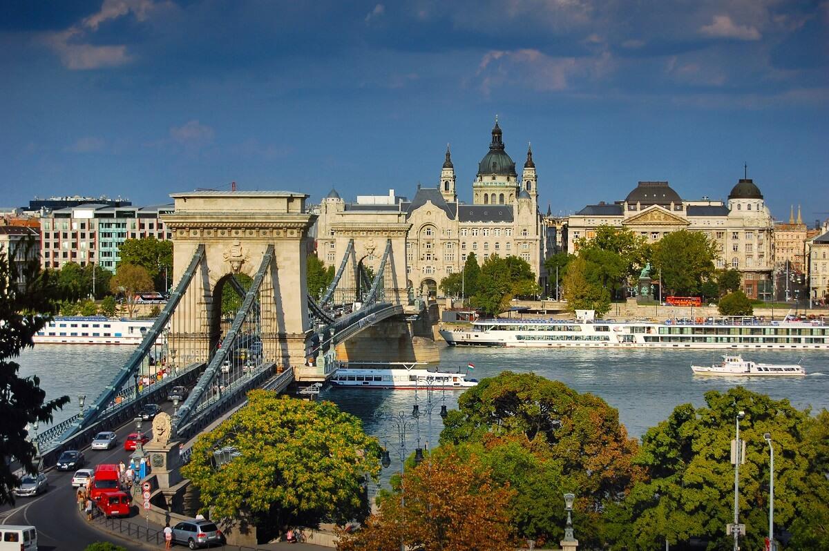 Die Kettenbrücke ist nur eine der Sehenswürdigkeiten in Budapest, darüber hinaus überzeugt die Stadt durch Ihre Gastfreundschaft