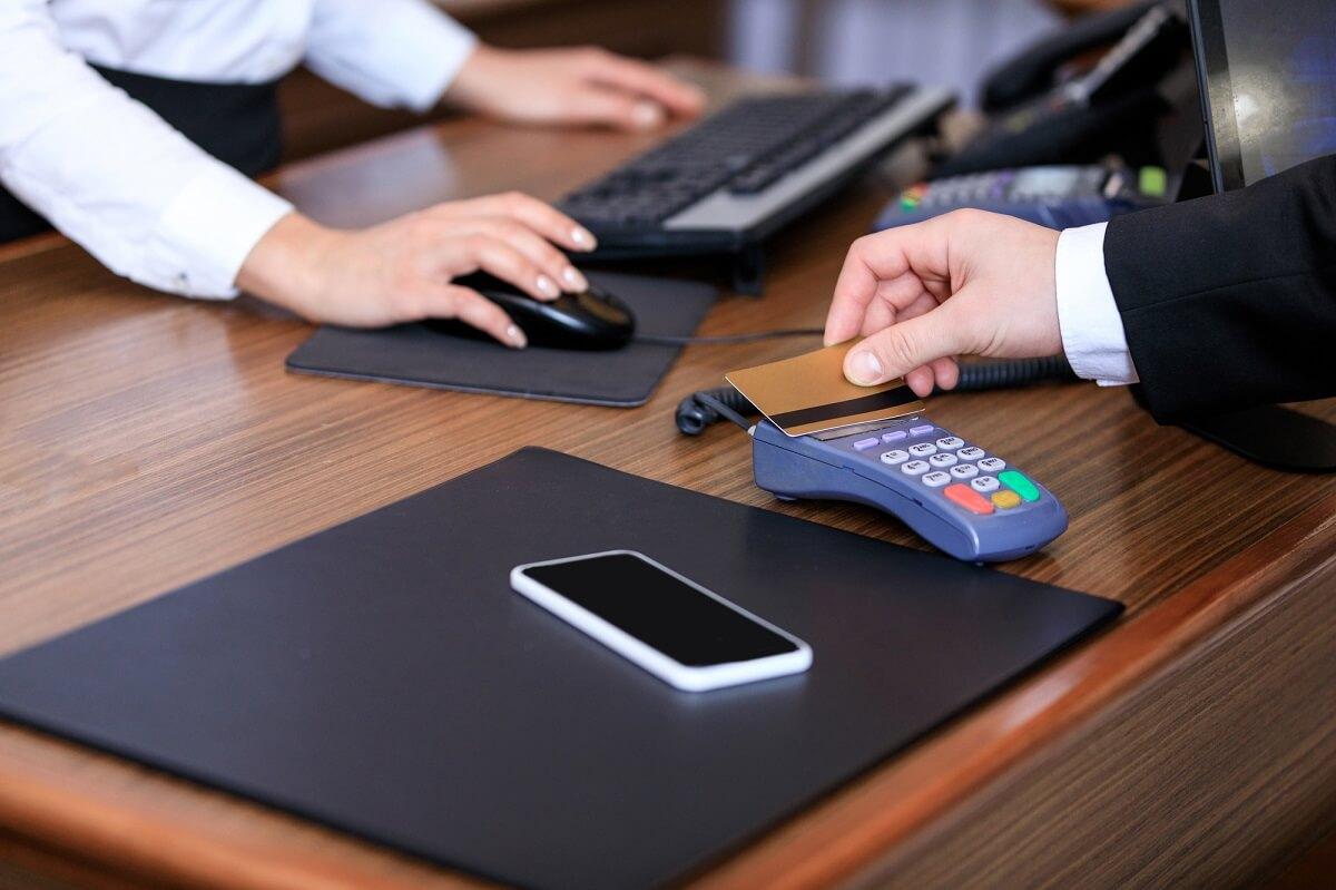 Hotelrechnungen benötigen zwingend die Firma als Rechnungsempfänger, auch wenn der Mitarbeiter die Rechnung zunächst zahlt