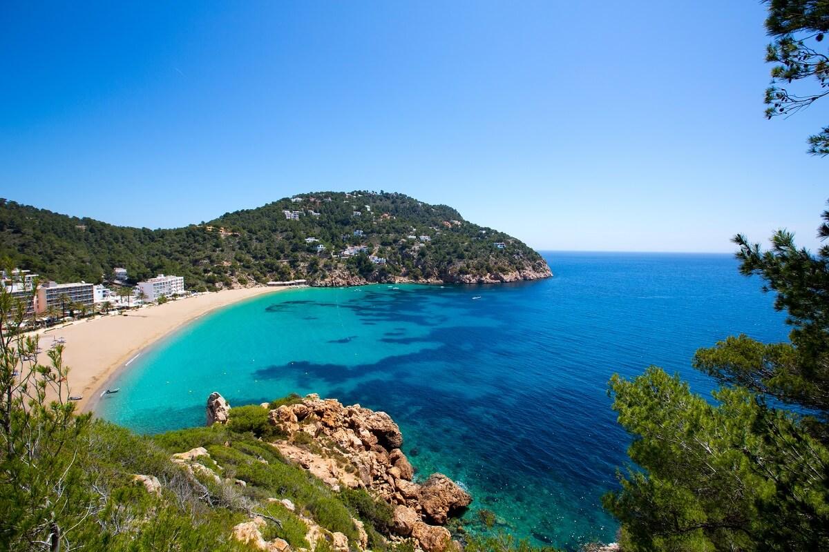 Ibiza ist nicht nur eine Partyhochburg, sondern überzeugt auch durch viele kleine Strände und bietet dadurch eine Mischung aus Party und Erholung
