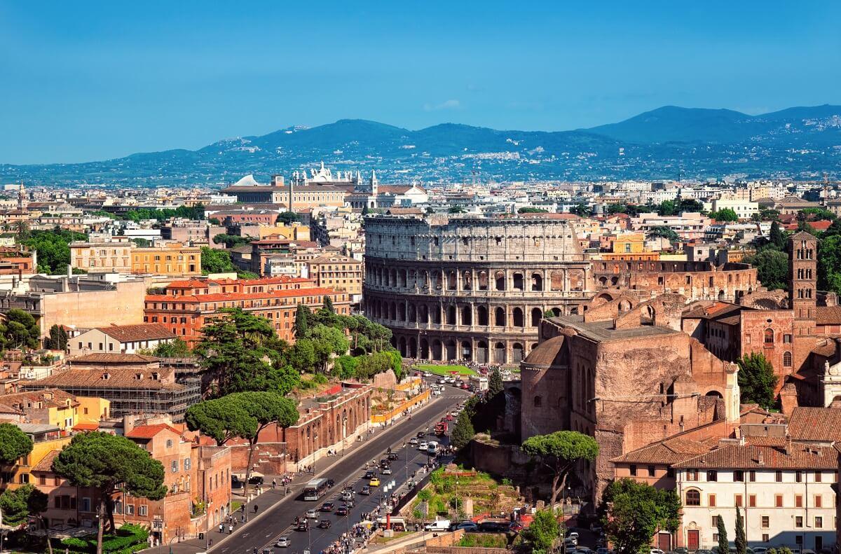 In Rom warten viele historische Bauwerke wie das Kolosseum auf einen Besuch