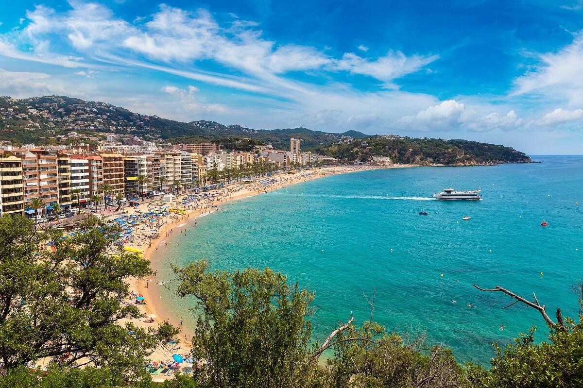 Lloret de Mar ist ein beliebtes Ziel für Reisen nach dem Abitur und überzeugt durch schöne Strände und gutes Wetter