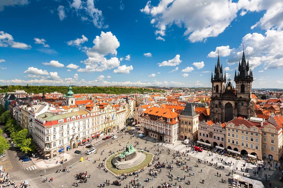 Prag verfügt über eine tolle Altstadt und ein günstiges Nachtleben, wodurch es ideal geeignet ist für Reisen nach dem Abitur