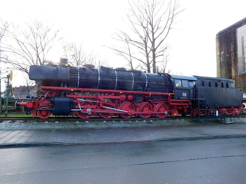 Dampflok vor dem Emder Hauptbahnhof