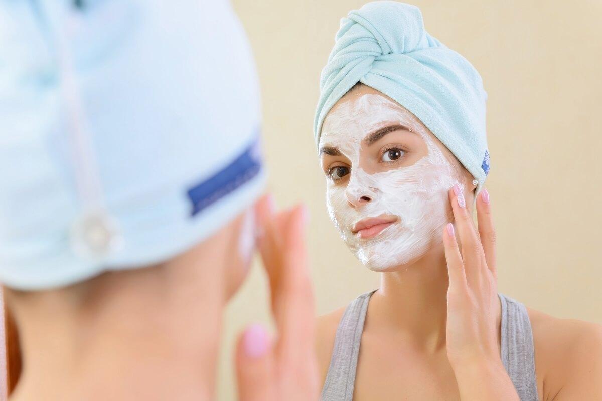 Mit einer Gesichtsmaske beruhigen Sie ihre Haut und versorgen diese mit wichtigen Nährstoffen im Kampf gegen MItesser