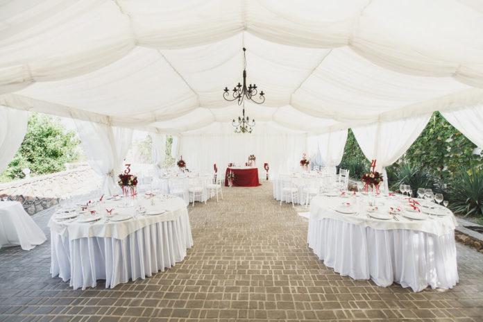 Eine Hochzeit im eigenen Garten kann - auch bei weniger Platz wie auf diesem Bild - ein wundervolles Erlebnis für das Brautpaar sein