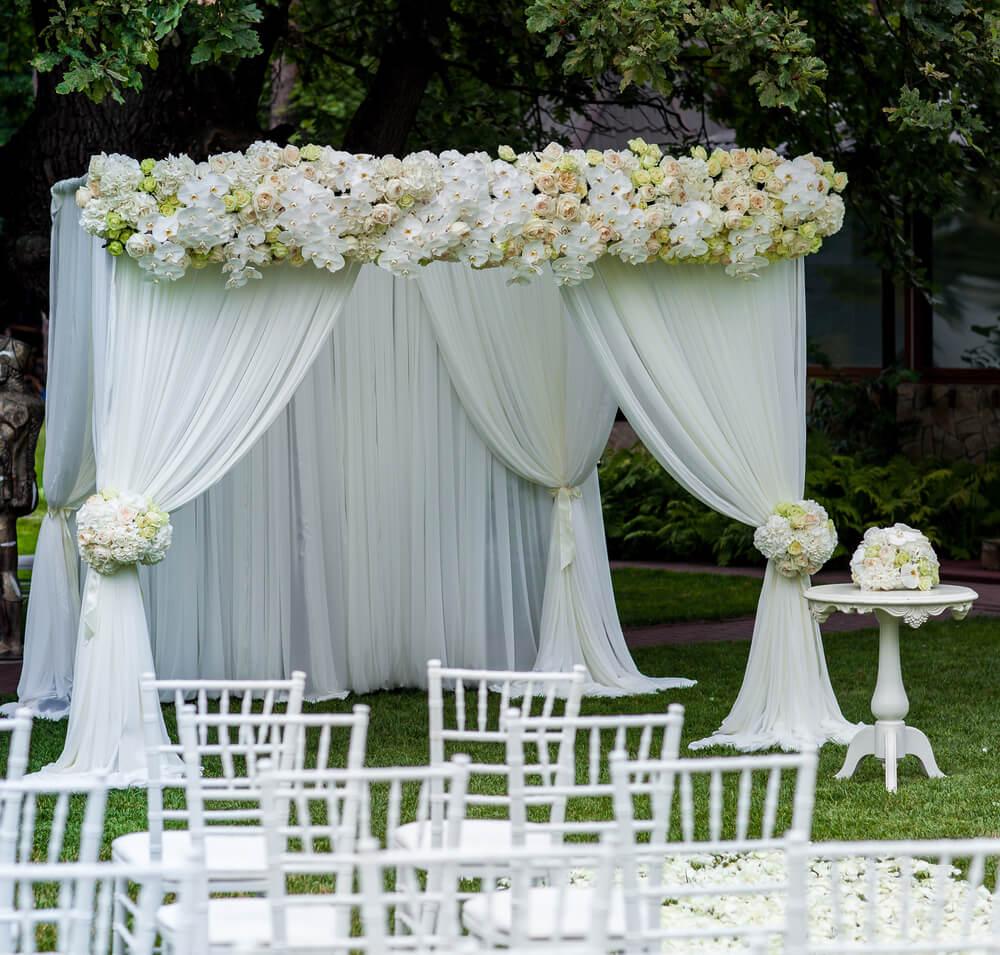 Eine Hochzeit im freien Garten erfordert etwas Vorarbeit, ist aber ein tolles und intimes Erlebnis