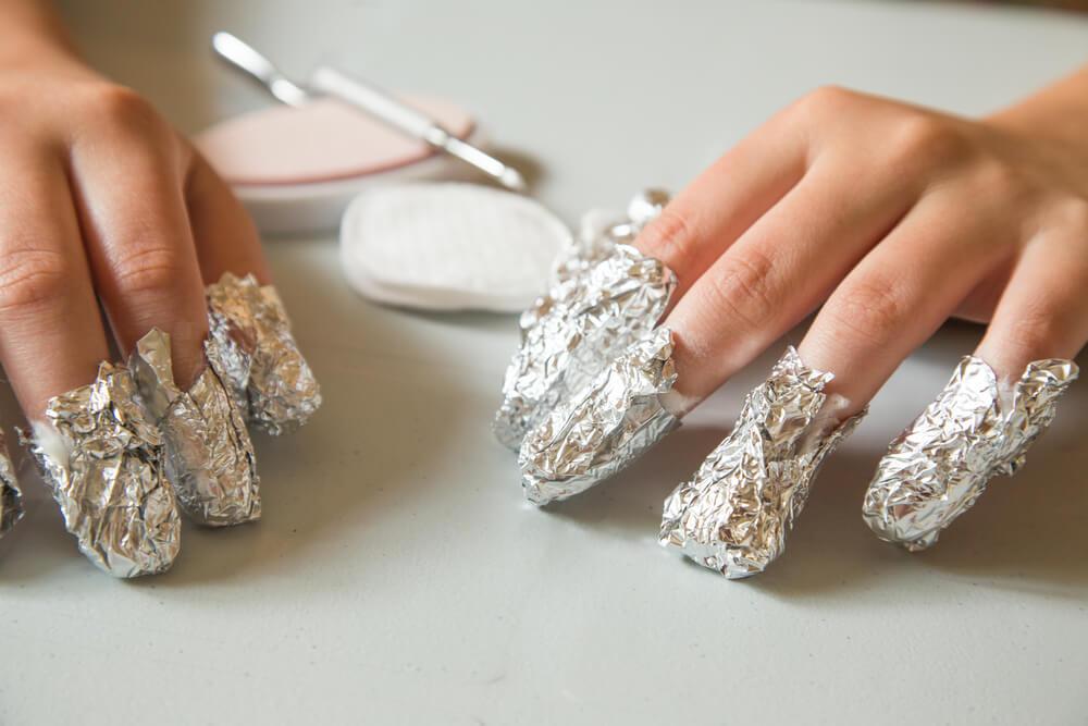Wer keine Silikon-Aufsetzer zur Hand hat, kann Aluminiumpapier um die Finger wickeln