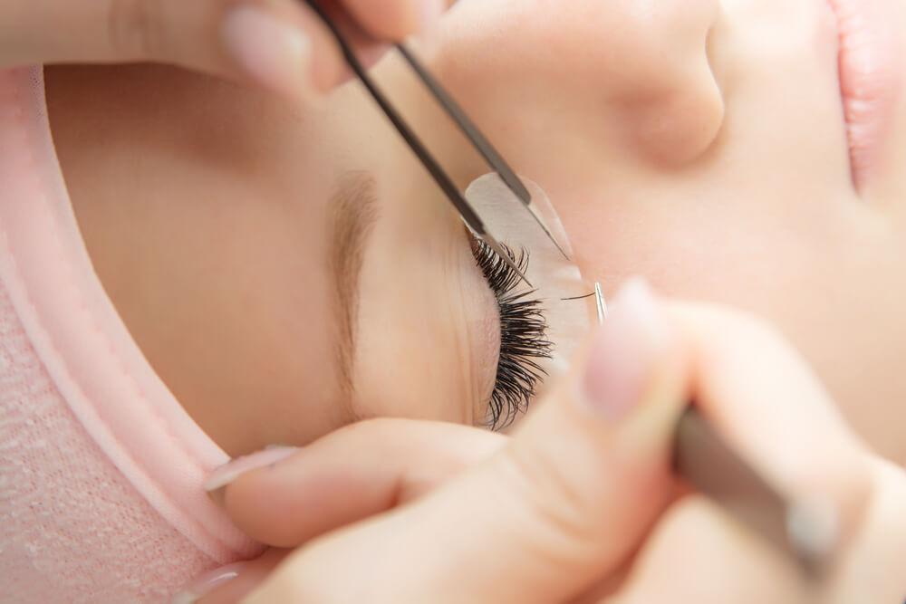 Künstliche Wimpern in einzelnen Haaren anzubringen, ist die aufwendigste Möglichkeit der Wimpernverlängerung