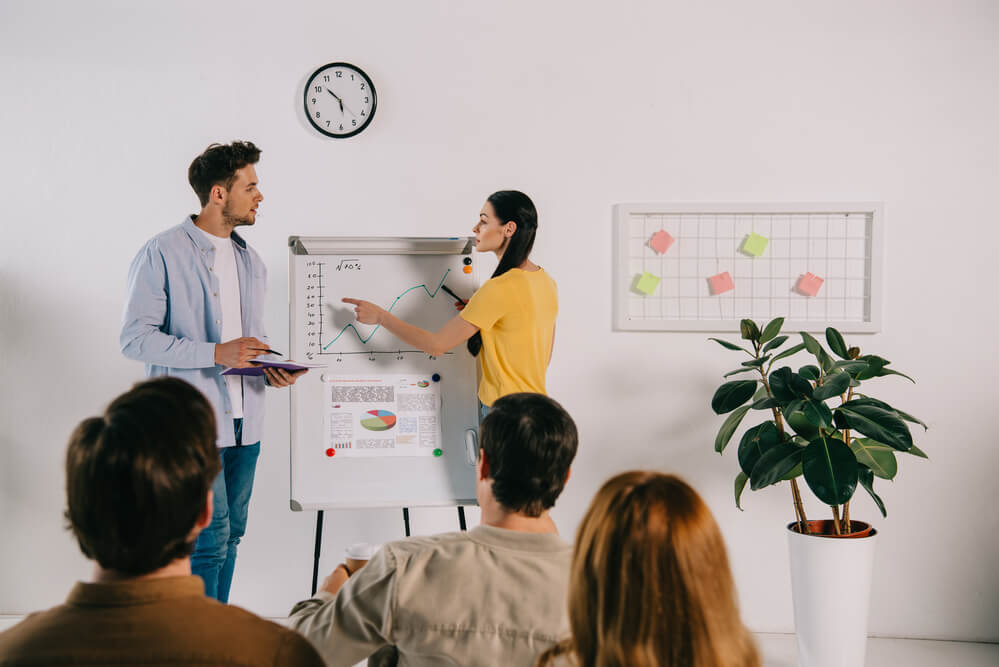 Der Ausbilderschein kann sowohl bei der IHK, der HWK als auch online absolviert werden - Die Kosten trägt häufig der Arbeitgeber, sofern sie die Auszubildenden betreuen