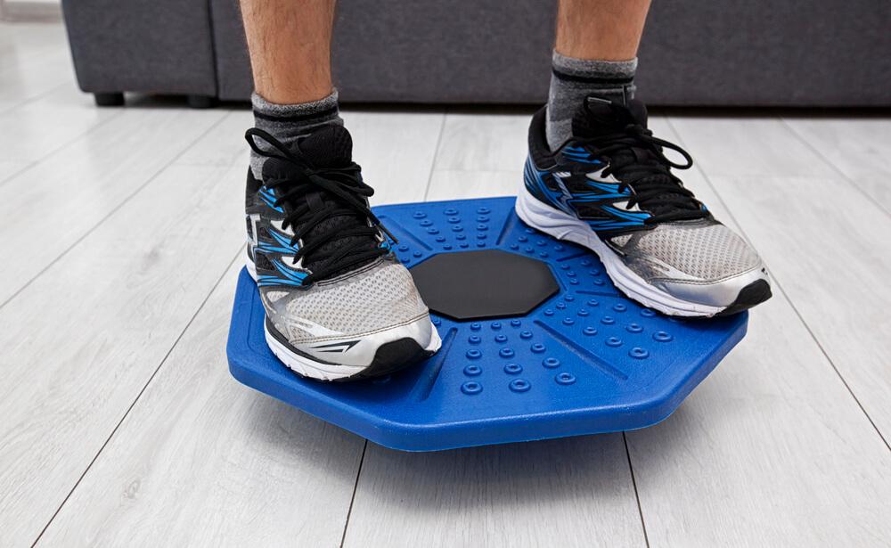 Ein Balance Ball ist etwas handlicher und eignet sich dadurch gut für das Training in den eigenen vier Wänden