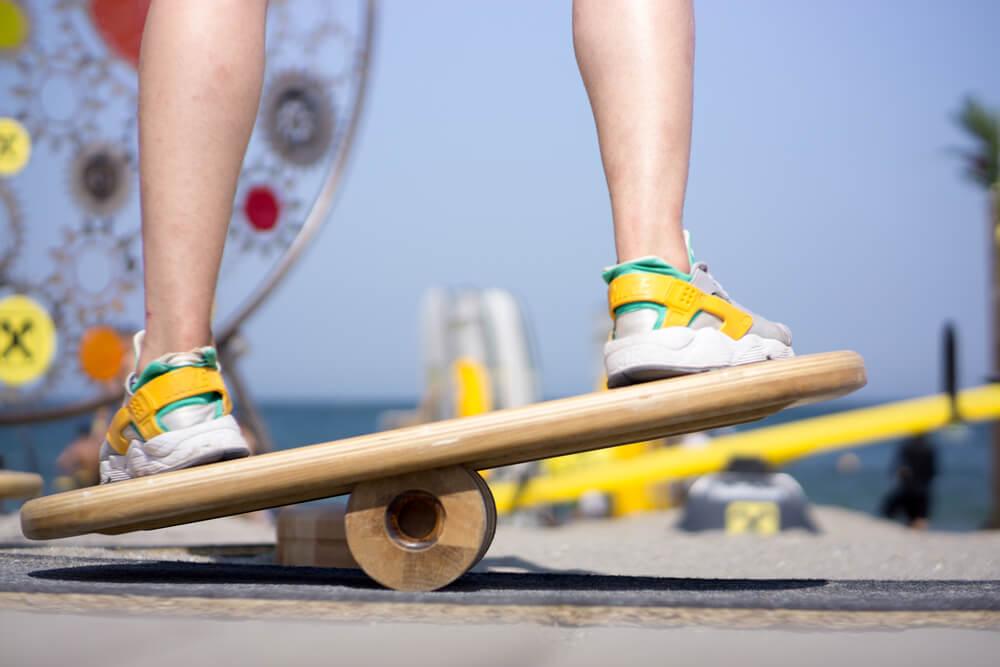 Ein Wackelbrett aus Holz fördert den Gleichgewichtssinn und kann dadurch Verletzungen ideal vorbeugen