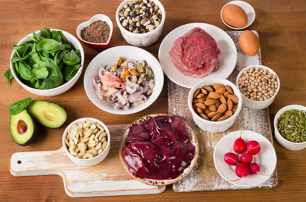 Viele Lebensmittel beinhalten das Zink-Mineral, darüber hinaus stehen auch hier Nahrungsergänzungsmittel zur Verfügung