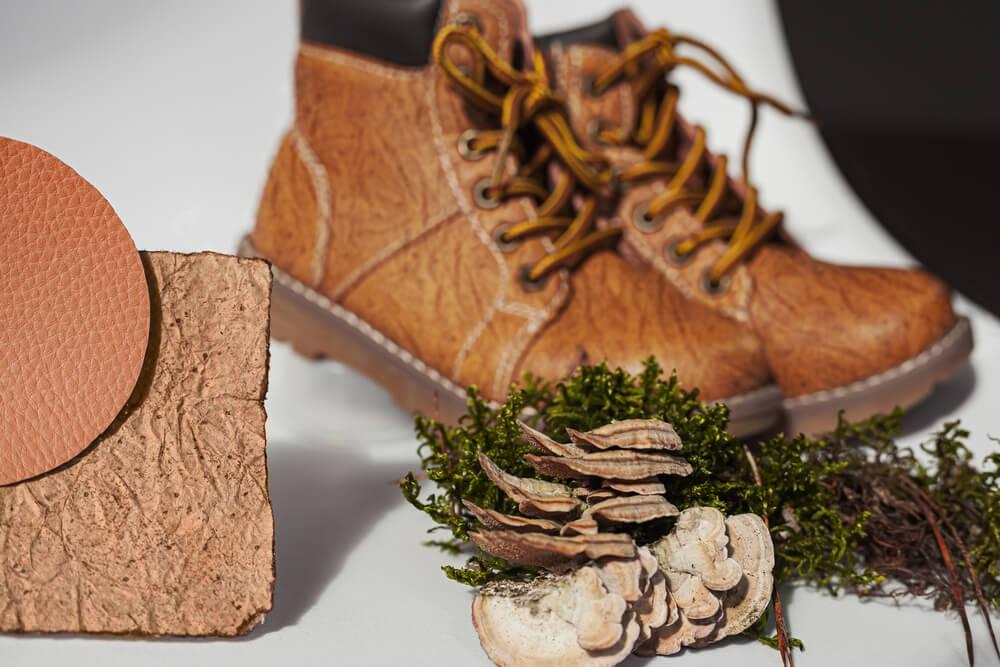 Leder als Sammelbegriff meint verschiedene Arten als Material, meist biologisch abbaubare Pflanzenteile