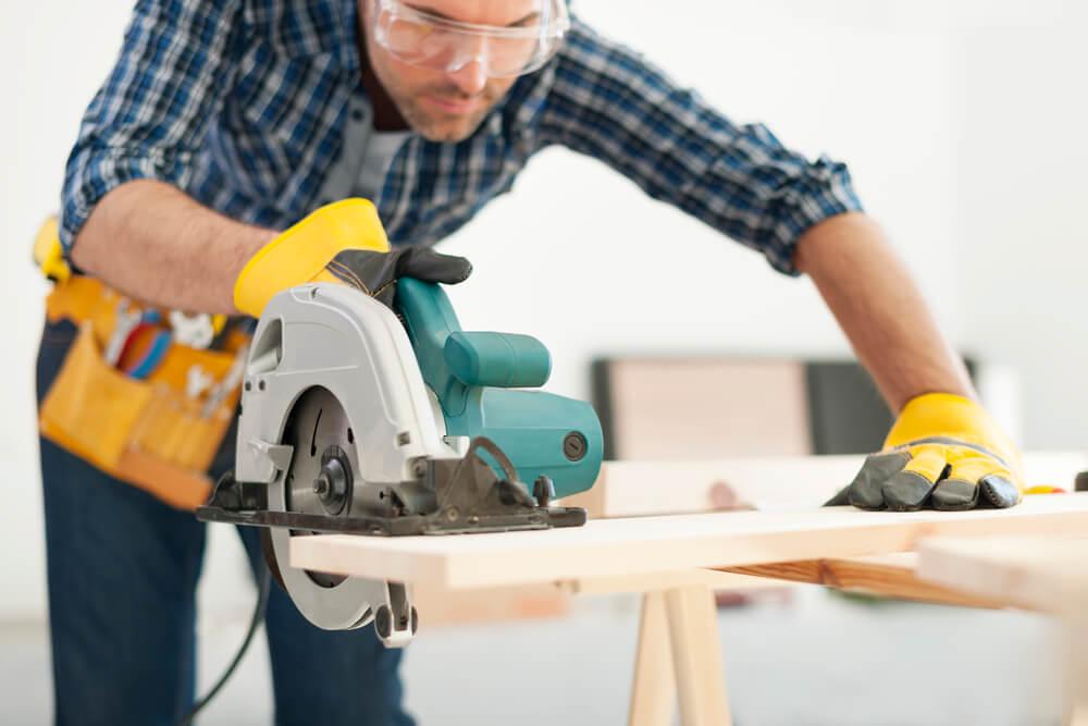 Eine Handkreissäge gehört in vielen Haushalten zur Grundausstattung des Hobbyhandwerkers
